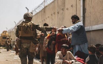 VIDEO: Takto vypadá zoufalství. Den po útocích v Kábulu se stále u letiště tísní tisíce Afghánců utíkajících před Tálibánem