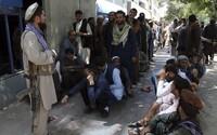VIDEO: Tálibán nechal popravená těla viset z jeřábů v centru města. Kapala z nich krev a lidi varovali, že dopadnou stejně