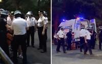 Video ukazuje, ako policajti v New Yorku zatkli aj kuriéra roznášajúceho jedlo