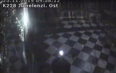 Video ukazuje, ako zlodeji ukradli šperky za miliardu eur. Výklady rozbíjali sekerami ako na Slovensku
