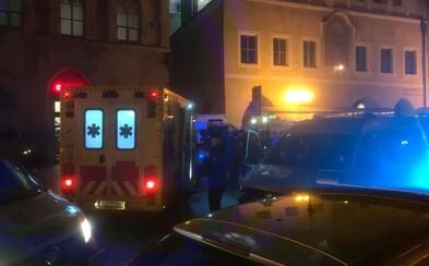 Video ukazuje, jak fotbaloví chuligáni v centru Prahy vymlátili bar. Po policistech házeli skleněné lahve