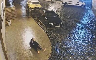 VIDEO: Ukrajinci při náledí bruslili po ulicích. Devítiletá školačka spadla 40krát na zem