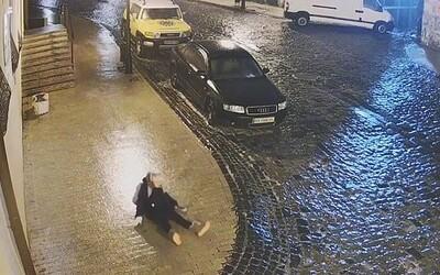 Video: Ukrajinci sa pri poľadovici korčuľovali po uliciach. 9-ročná školáčka padla 40-krát na zem