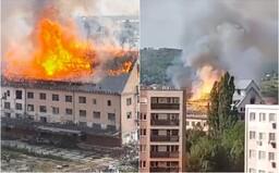 VIDEO: V Bratislave horí historická lisovňa, pri rozsiahlom požiari musí zasahovať takmer 50 hasičov