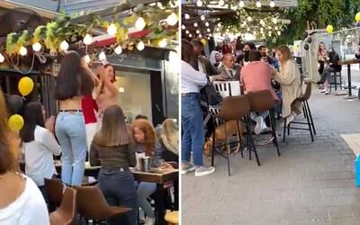 VIDEO: V Izraeli lidé tančí na stolech, nemají lockdown a radikálně uvolňují opatření. Takto vypadá konec pandemie