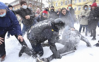VIDEO: V Rusku se postavili proti demonstracím za Navalného těžkooděnci, zadrželi tisíce protestujících