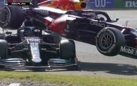 VIDEO: Verstappen a Hamilton sa zrazili, hrozivo vyzerajúca nehoda sa mohla skončiť veľmi zle
