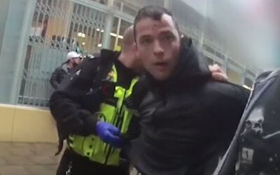 VIDEO: Vězeň na útěku si šel koupit Call of Duty. Policisté ho zastavili, tak je skopal, ale uniknout se mu nepodařilo