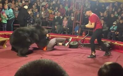 Video z ruského cirkusu zachycuje útok medvěda na jeho krotitele, lidé v panice utíkali pryč