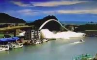 Video zachycuje pád mostu na Tchaj-wanu. Pod ním může být uvězněno až šest lidí