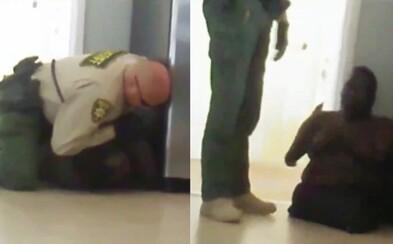Video zachytáva ako policajt z Arizony násilne pritláča na zem 15-ročného chlapca, ktorý má amputované všetky končatiny