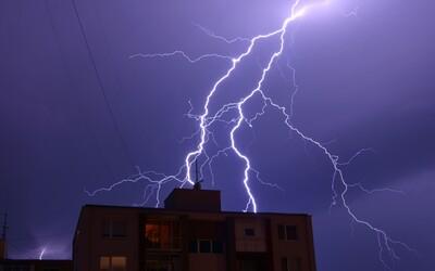 Video zachytáva, ako silný blesk zasiahol Dankov 30-metrový stožiar. Na západe Slovenska ich udrelo viac ako 15-tisíc