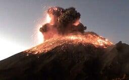 Video zachytáva explóziu sopky Popocatepetl, dym siaha do výšky troch kilometrov