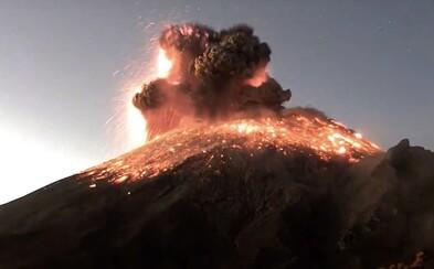Video zachycuje explozi sopky Popocatépetl, kouř sahá do výšky tří kilometrů