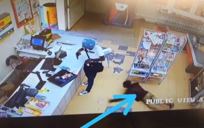 Video zachytáva kuriózny moment, ako zákazník supermarketu okráda ozbrojeného lupiča, ktorý práve vykráda obchod