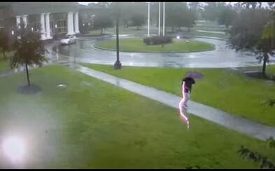 Video zachytáva moment, ako muža takmer zasiahol blesk. Bol od neho len pár desiatok centimetrov