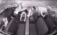 Video zachytáva nehodu školského autobusu, ktorý sa prevrátil v USA. Študenti sa pár sekúnd vznášali vo vzduchu