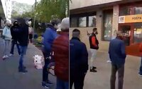 Video zachytáva nekonečný rad pred poštou v Bratislave. Pred posledným stálo viac ako 50 ľudí