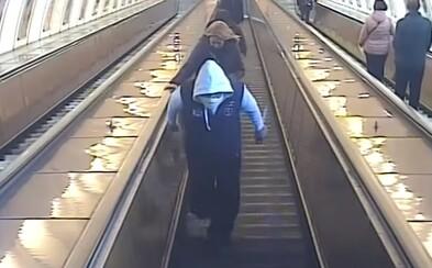 Video zachytilo cizince útočícího nožem v pražském metru, napadl čtyři osoby