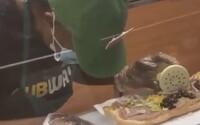 VIDEO: Zaměstnankyně Subwaye usnula při práci, hlava jí spadla rovnou na sendvič
