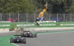 Video zaznamenává dramatickou nehodu: Závodník Formule 3 vyletěl přes obrubník a udělal několik otoček ve vzduchu