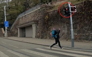 VIDEO: Žena v Brně přebíhala na červenou. Na auto, v němž seděli policisté, ukázala prostředníček