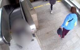 VIDEO: Žena v Praze chtěla okrást 93letého seniora. Ten spadl na eskalátoru a ztratil vědomí, kolemjdoucí mu nepomohli