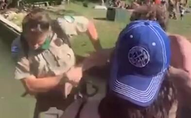 Video: Žiadal ľudí, aby kvôli pandémii dodržiavali odstup. Nahnevaný muž ho za to hodil do vody