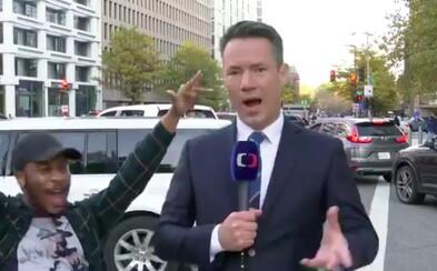 VIDEO: Zpravodaj ČT čelil v ulicích USA bláznivému přílivu slavících lidí. Zvládl to s bravurou