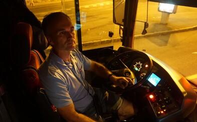 Vie, ako na mladých ľudí aj bezdomovcov. Vodič nočnej MHD Michal zažil v autobuse aj bitku (Rozhovor)