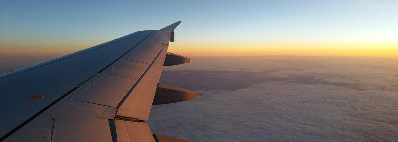 Virálny príspevok zachytil nečakaný príbeh lásky medzi dvomi cudzími ľuďmi v lietadle. Internet sa teší z náhodnej romantiky