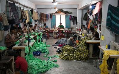 Víš, co stojí za výrobou levného oblečení? Dětská práce, hrozivé podmínky a zoufalství