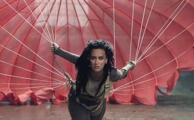 Vítězství koluje Katy Perry v žilách a porazit se nenechá ani ve videoklipu Rise