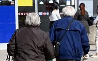 Vláda možno zruší vlaky zadarmo aj pre seniorov, cestuje ich čoraz viac