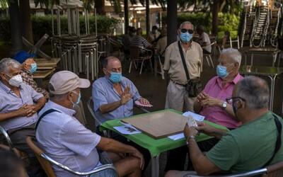 Vláda pošle poštou seniorům roušky a respirátor