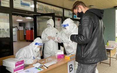 Vláda zúfalo zháňa zdravotníkov na testovanie, zvažuje mobilizáciu. Zubárom a veterinárom však testovať nedovolila