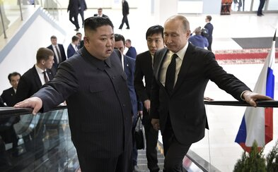Vladimir Putin odovzdal medailu severokórejskému diktátorovi Kim Čong-unovi