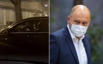 Vládni lídri išli za Borisom Kollárom napriek zákazu návštevy pacientov v nemocniciach. Ide podľa Sulíka o papalášizmus?
