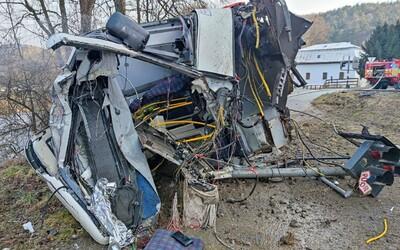 Vlak pri nehode v Banskej Bystrici zdemoloval autobus na železničnom priecestí. Náraz ho takmer odhodil až do rieky