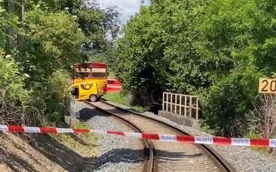 Vlak srazil u Prahy poštovní auto, jeden člověk zemřel