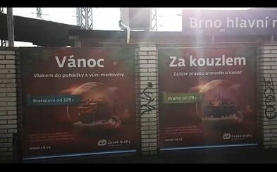 vlakem! Pojeďte, Vánoc Za kouzlem. V Brně vylepili oficiální plakát Českých drah opačně