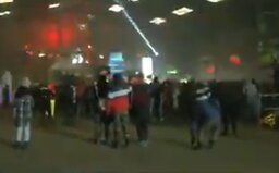 Vo Francúzsku sa od Silvestra koná párty s 2 500 ľuďmi. Zaútočili na policajtov a podpálili im auto