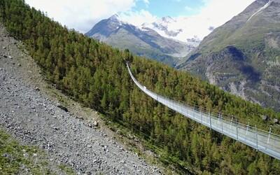 Vo Švajčiarsku otvorili najdlhší visiaci most na svete. Turisti sa po 500-metrovej atrakcii prechádzajú so strachom aj adrenalínom v krvi