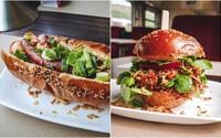 Vo vlaku ti urobia poctivý burger, ale aj hotdog väčší ako tanier. Ochutnali sme streetfood v jedálenskom vozni