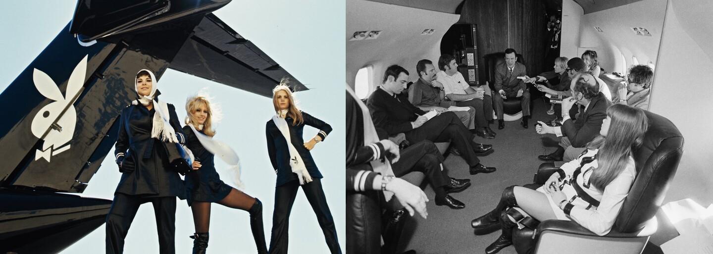 Vo vnútri lietadla Hugha Hefnera, ktorý si prítomnosť žien užíval plnými dúškami. Jeho letušky vymenili uniformy za kožené minišaty