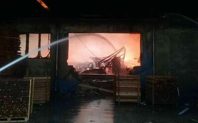 Vo výrobnej hale v Oravskom Podzámku bojovali od rána s ničivým požiarom. Škody zatiaľ odhadujú na milión eur