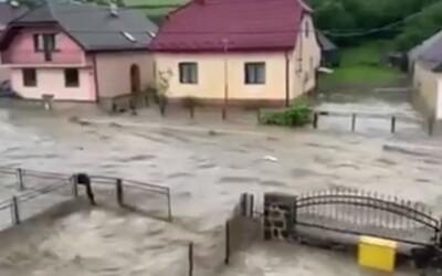 Voda zaplavila celou obec na východě Slovenska. Odnáší i auta