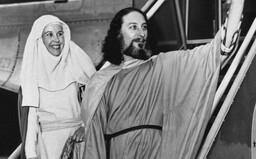 Vůdce kultu miloval hazard a sexuálně zneužíval ženy. Po bombovém atentátu na jeho osobu zůstaly pouze kousky lidských těl