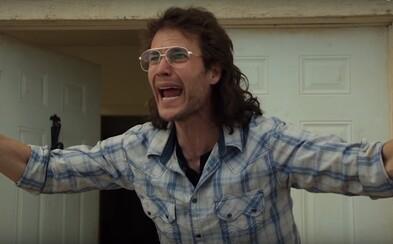 Vodca náboženského kultu Taylor Kitsch a jeho nasledovníci čelia policajnému obliehaniu a útoku v lákavom traileri pre minisériu Waco