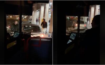 Vodič bratislavskej MHD takmer minútu trúbil na taxík, ktorý mu stál v ceste. Cestujúci len krútili hlavami